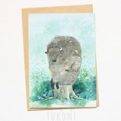 листівка зубр сидить на пеньку